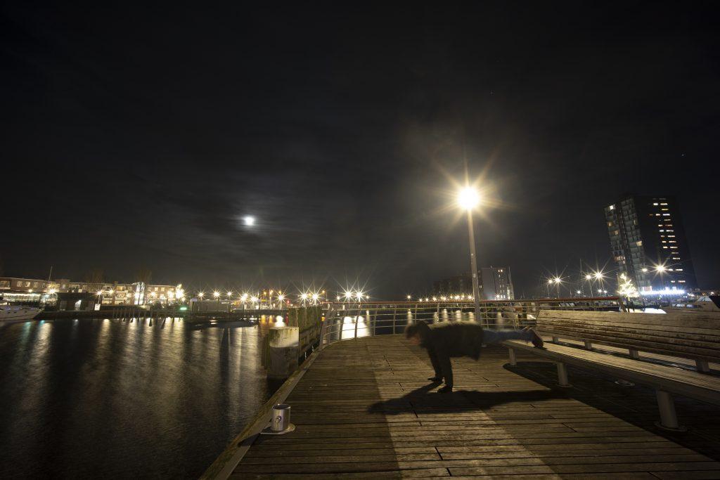 omslag van het boek 21:01, avondklok in Almere